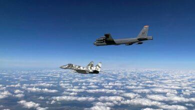 El bombardero B-52 Stratofortress de la Fuerza Aérea de EE.UU. es escoltado por el caza MiG-29 de la Fuerza Aérea de Ucrania, en el espacio aéreo de Ucrania, el 4 de septiembre de 2020