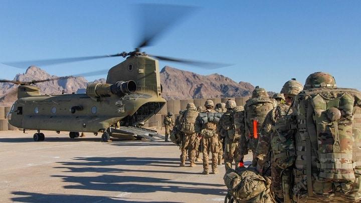 Soldados de EE.UU. suben a un helicóptero para dirigirse a Afganistán, el 15 de enero de 2019