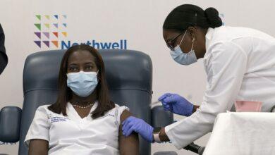 Sandra Lindsay recibe la primera dosis de la vacuna de Pfizer contra el coronavirus en el Centro Médico Judío de Long Island. 14 de diciembre de 2020. Mark Lennihan. AP