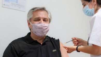 El presidente de Argentina, Alberto Fernández, recibe la vacuna Sputnik V contra el covid-19