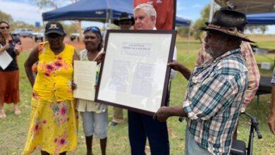 Ministro australiano Ken Wyatt MP junto a propietarios tradicionales del país de Wampaya