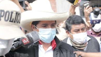 Pedro Castillo acudió al hospital donde se encuentran sus simpatizantes heridos. Foto John Reyes