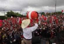 Pedro Castillo levanta un balon de gas en Pucallpa